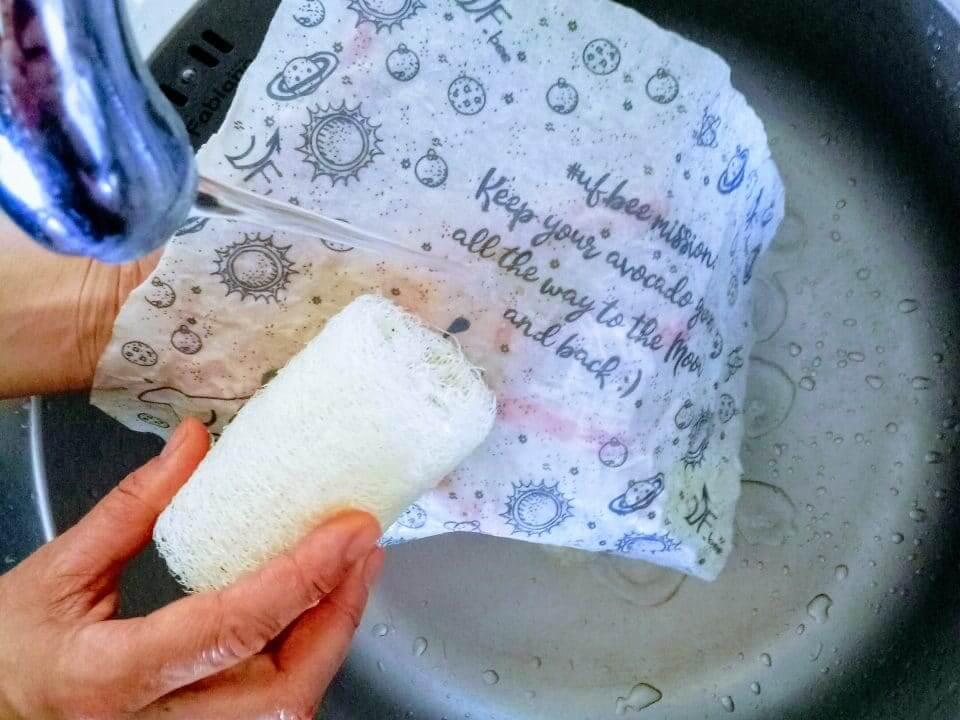 воскову серветку миють під прохолодною водою